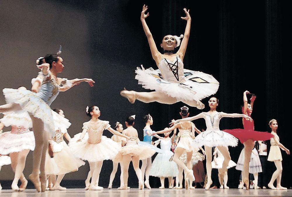 本番直前の練習に臨むダンサー=金沢市の金沢歌劇座