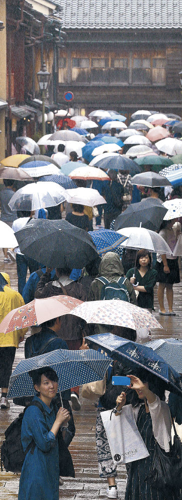 傘を手にした人でにぎわったひがし茶屋街=金沢市東山1丁目