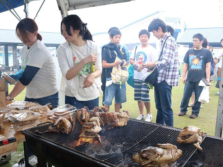 地鶏の丸焼きが提供された「うおづグルメフェスタ肉まつり」
