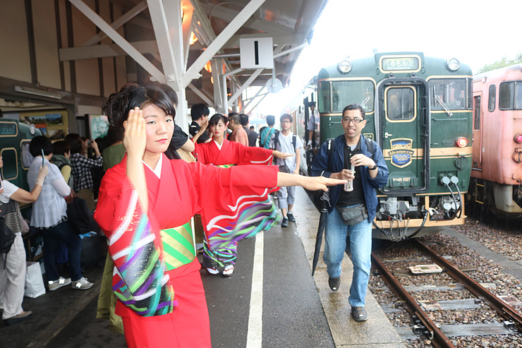 べるもんたの乗客を出迎える栄町の踊り手=JR城端駅