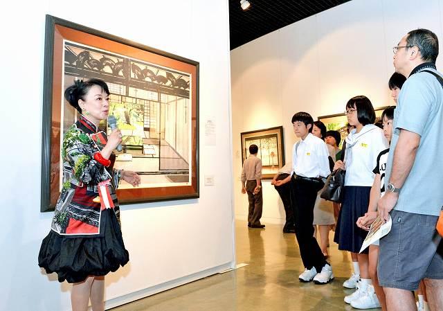 作品について解説するジュディ・オング倩玉さん(左)=17日、福井市美術館