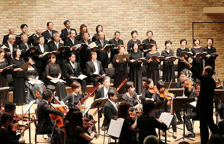 「レクイエム」を演奏する管弦楽団と豊かな声を響かせる合唱団=宇奈月国際会館セレネ