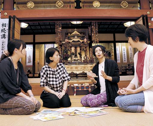 企画を話し合う安田さん(右から2人目)ら関係者=能美市辰口町の誓立寺