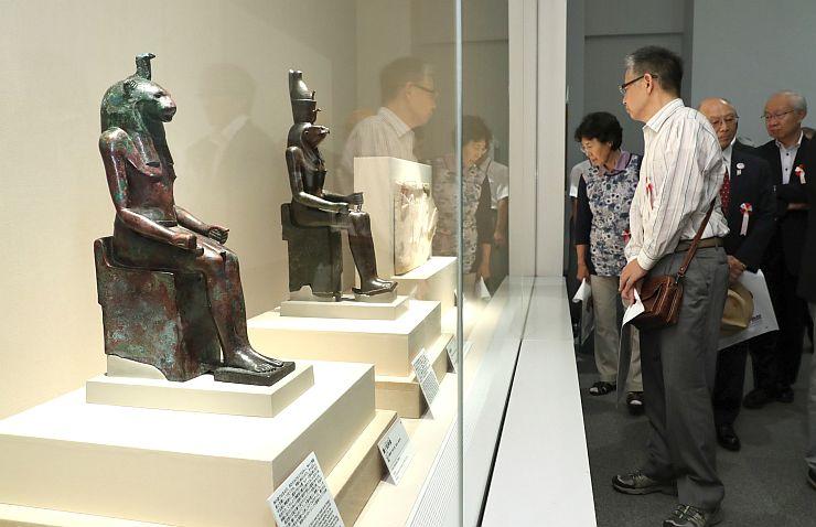 古代オリエントと中国の美術作品が並ぶ「古代オリエント美術の愉しみ」=16日、長岡市の県立歴史博物館