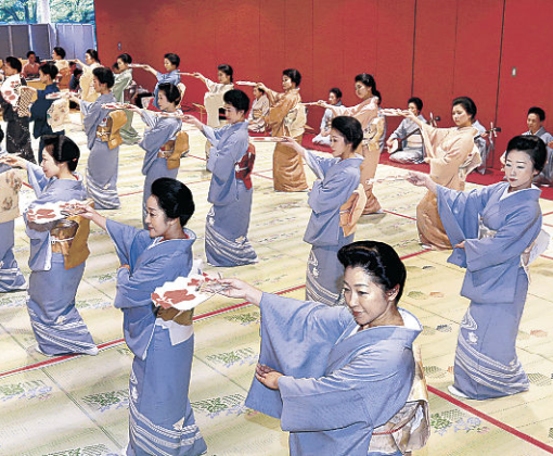 総おどり「金沢風雅」を仕上げる三茶屋街の芸妓衆=北國新聞交流ホール