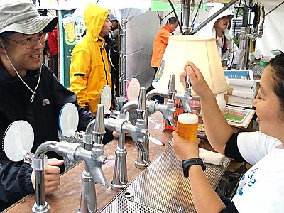 雨なんの、地ビール飲み比べ 松本で「フェス」開幕