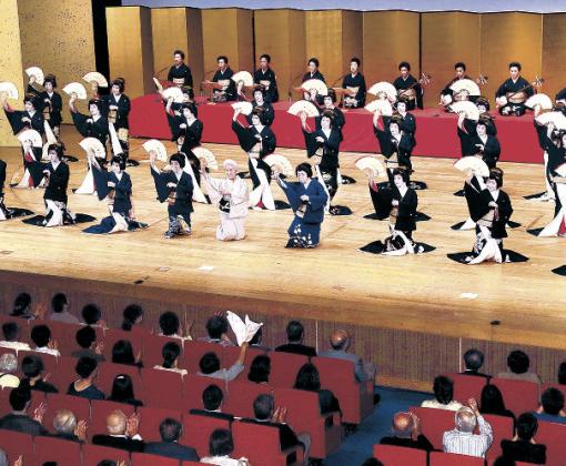 三茶屋街の芸妓が勢ぞろいした総おどり「金沢風雅」=金沢市の石川県立音楽堂邦楽ホール