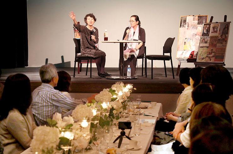トークイベントで、常連客らを前に思い出を振り返る室伏さん(左)と垣田さん=フォルツァ総曲輪