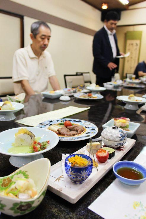 「味の饗宴」メニューの試食会。各店主らが担当料理を説明し、気になる点を話し合った=20日、新発田市