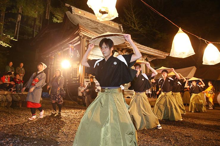 地主神社の境内で披露された麦屋節の笠踊り=南砺市下梨