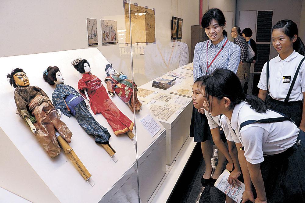 初公開の浄瑠璃人形に見入る来館者=石川県立歴史博物館