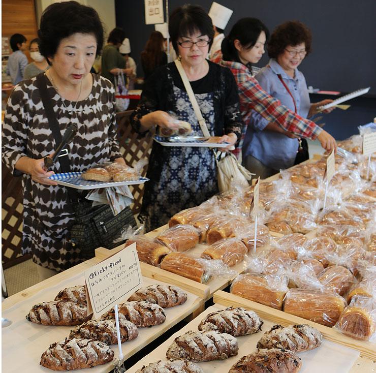お気に入りのパンを選ぶ来場者=北日本新聞越中座
