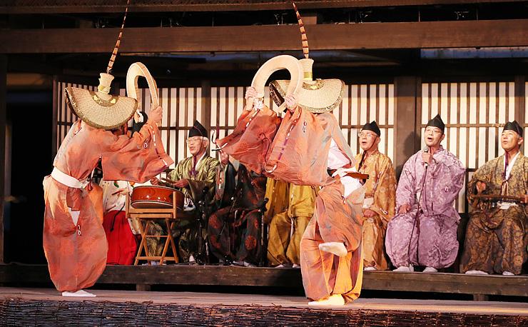 ささらを響かせながら舞う越中五箇山こきりこ唄保存会の踊り手 =白山宮境内