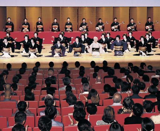 盛大な拍手に包まれ、フィナーレを迎えた金沢おどり=金沢市の石川県立音楽堂邦楽ホール