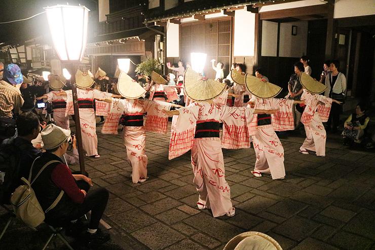 石畳の通りでしっとりとした所作を見せる担い手=富山市八尾町諏訪町