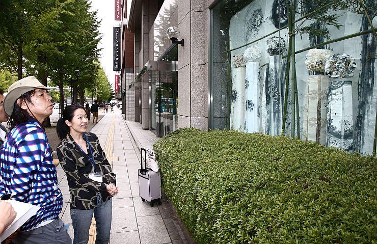 NIIGATAオフィス・アート・ストリートの展示作品を審査する日比野克彦さん(左)=24日、新潟市中央区