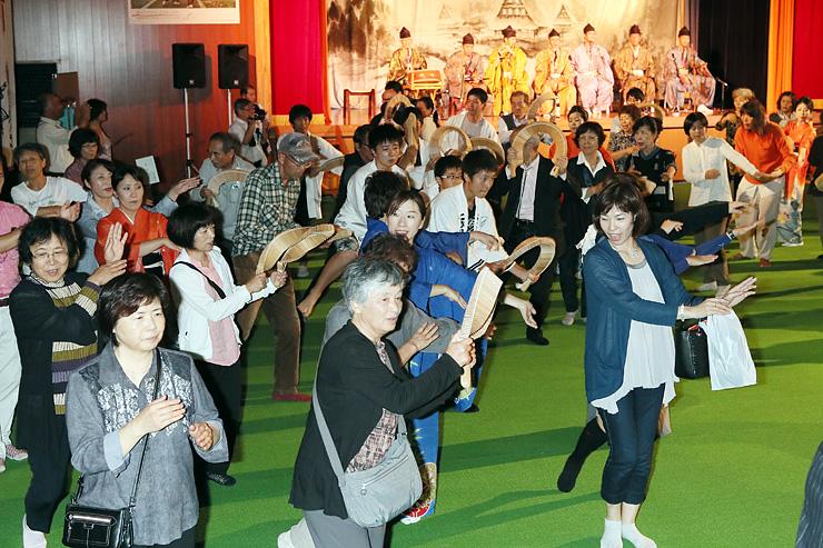 こきりこのささら踊りや手踊りを楽しむ観客=こきりこ館