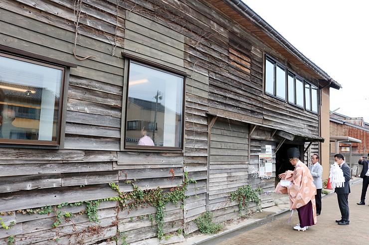 内川沿いの「番屋」を改修したカフェ。繁盛を願い神事が執り行われた
