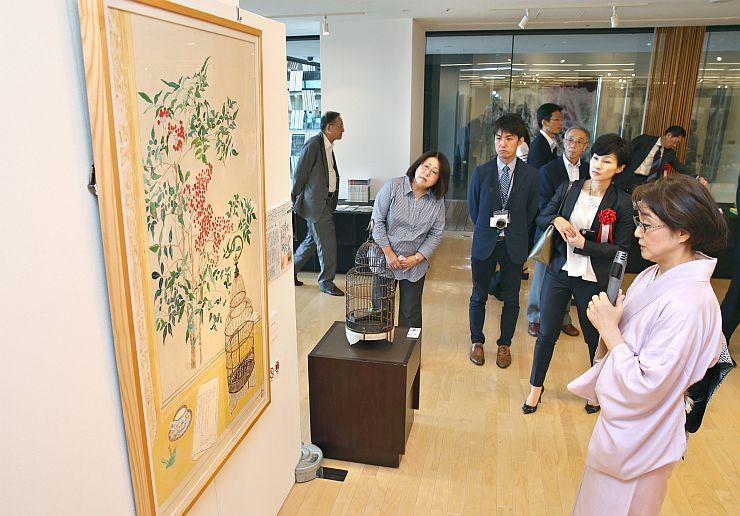 作品を解説する中村麻美さん(右)=27日、アオーレ長岡