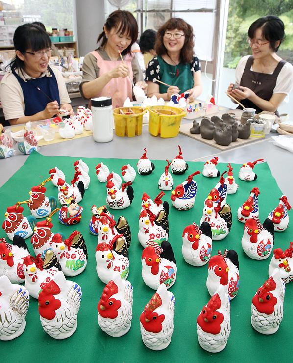 来年のえと、酉の土鈴作りに励むとやま土人形伝承会のメンバー=富山市安養坊