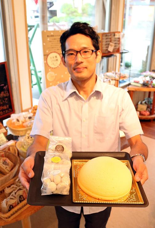 米粉で作ったクッキーや開発途中のズコットケーキを紹介する松田専務