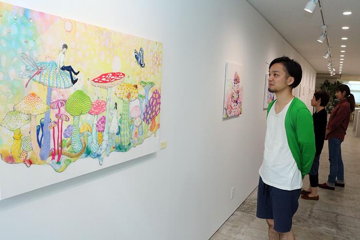刺しゅう糸を用いた大舘さんのアートパネルを見る羽田さん