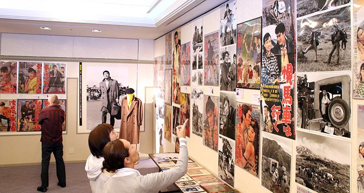 立山を舞台にした映画「幌馬車は行く」のポスターや撮影風景などが並ぶ会場