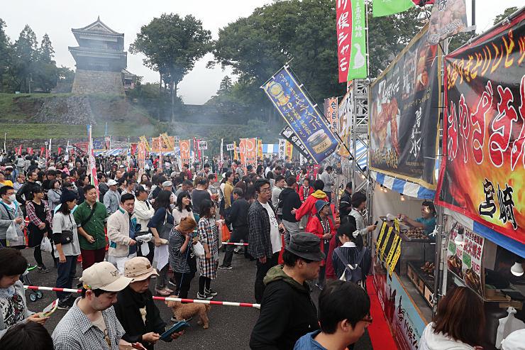 県内初開催の「全国やきとリンピック」に訪れ、行列を作って買い求める人たち