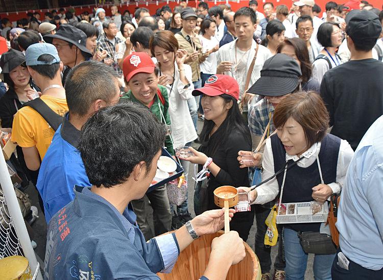 大勢の人が日本酒の飲み比べを楽しんだ「上諏訪街道秋の〓(呑の異体字)みあるき」
