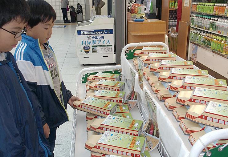 181系車両をデザインした「特急あずさ誕生50周年記念弁当」=1日、JR松本駅