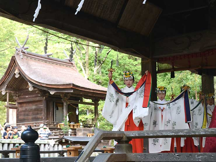 新海三社神社で浦安の舞を踊る地元の児童たち