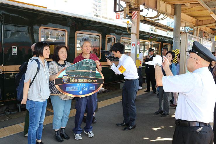べるもんたの前で記念撮影を楽しむ乗客=あいの風とやま鉄道高岡駅