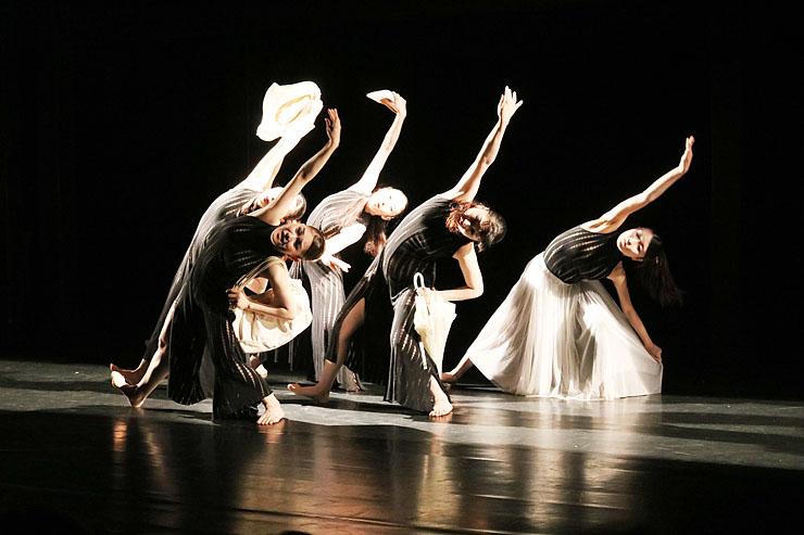 傘や靴などを手に踊る可西舞踊研究所のメンバー=新利賀山房