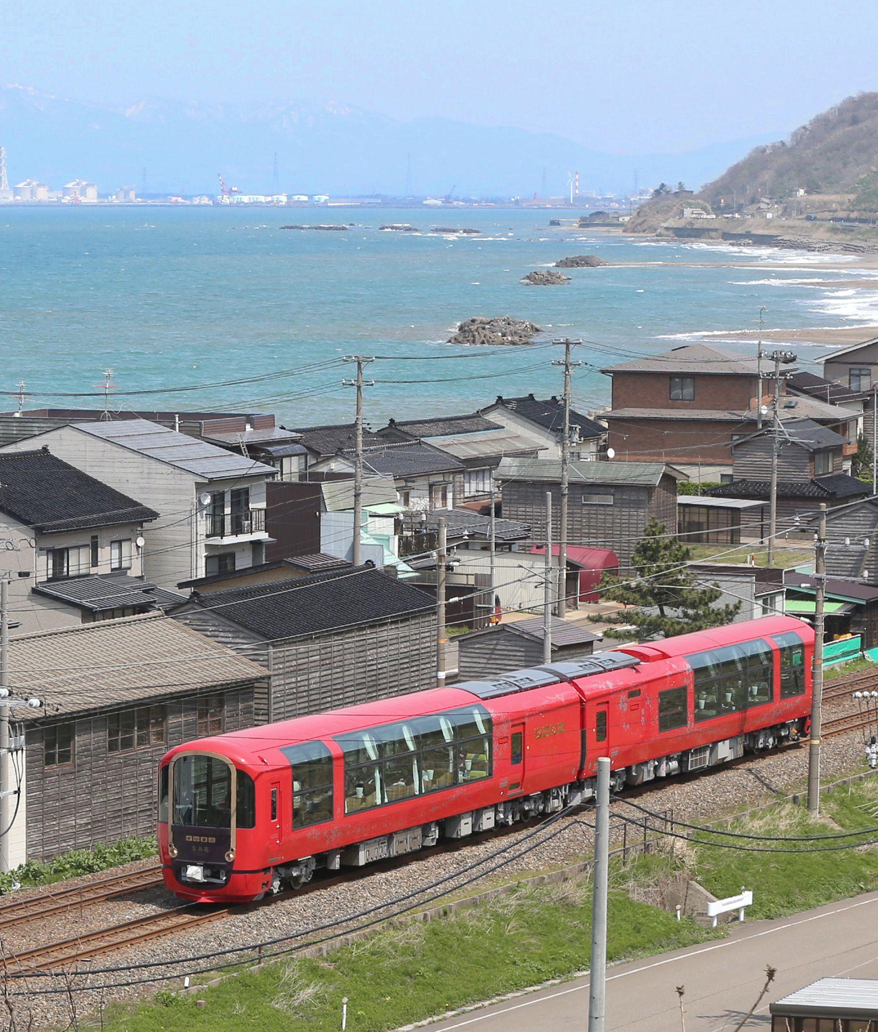 日本海沿いの集落を走る雪月花=2016年4月