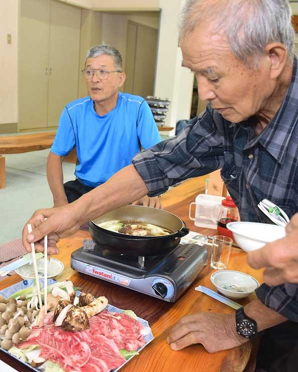 地元のマツタケを使ったすき焼きを食べる人たち=喬木村