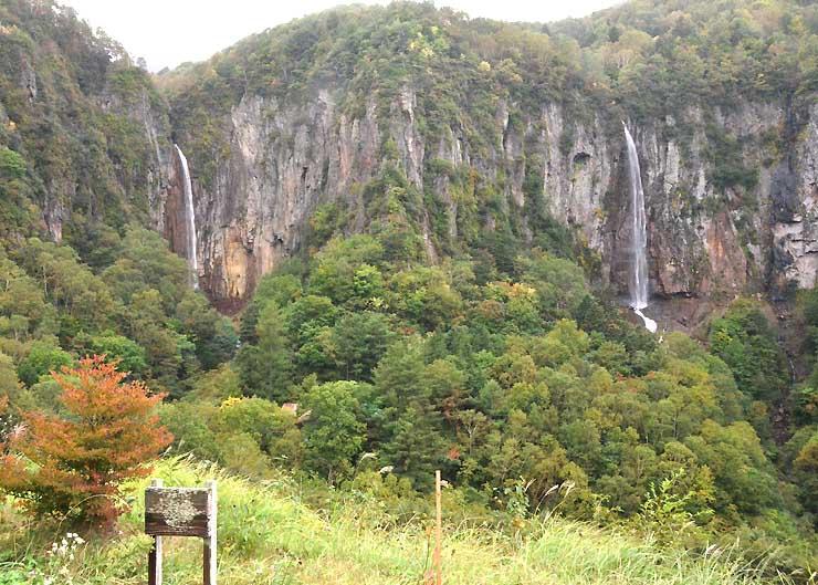 国の名勝に指定された「米子瀑布群」の権現滝(左)と不動滝=3日