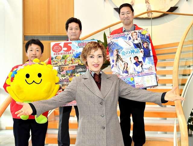 OSK日本歌劇団公演への来場を呼び掛ける高世麻央さん(手前)ら=3日、福井新聞社