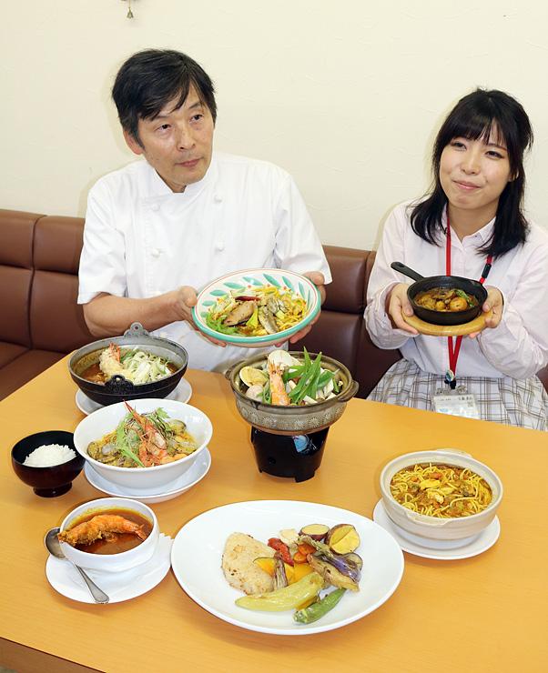 7店のオリジナルメニューを披露する梶会長(左)=レストランホリエ