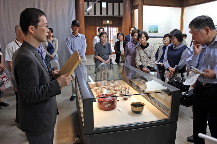 市島邸の資料館のリニューアルオープンに際して行われた解説会=1日、新発田市天王