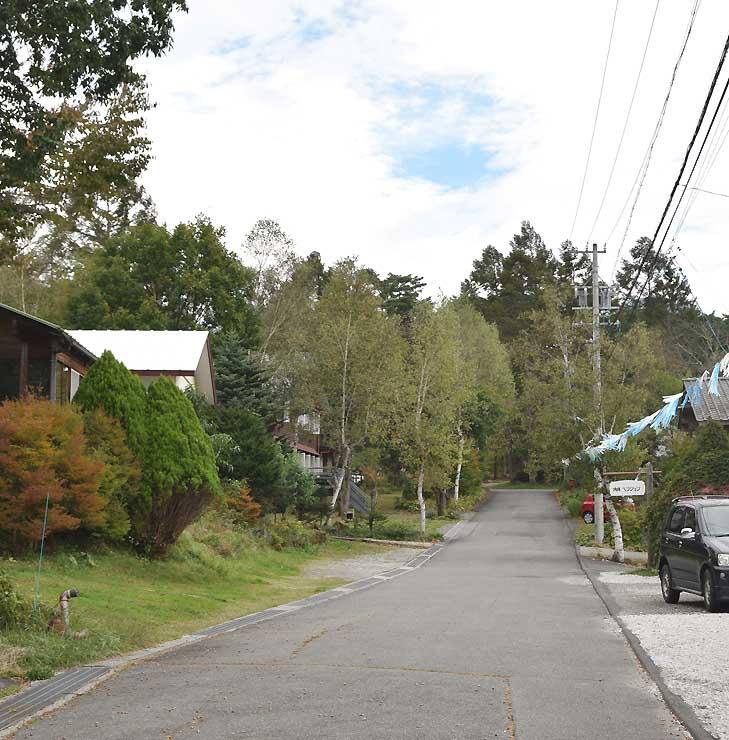 道の両脇にペンションが並ぶ原村ペンションビレッジ第1ビレッジ