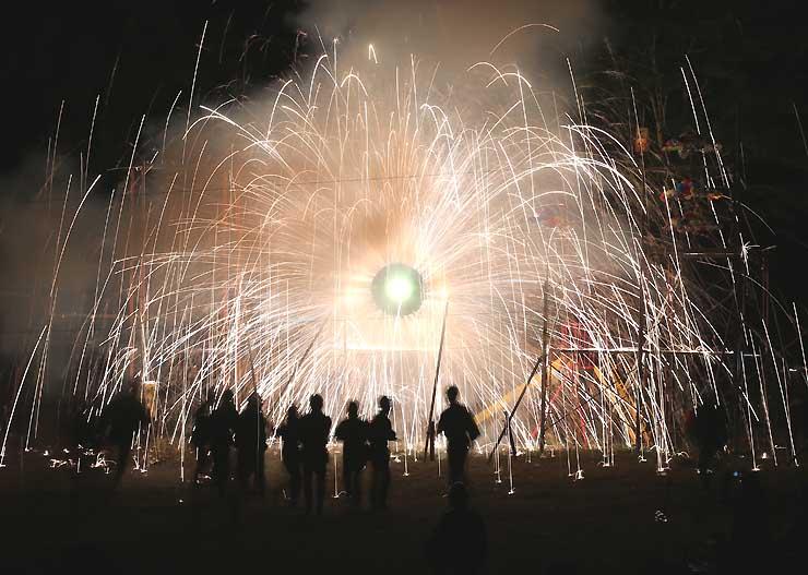 上清内路の諏訪神社に奉納された「手作り花火」=6日午後8時23分、阿智村