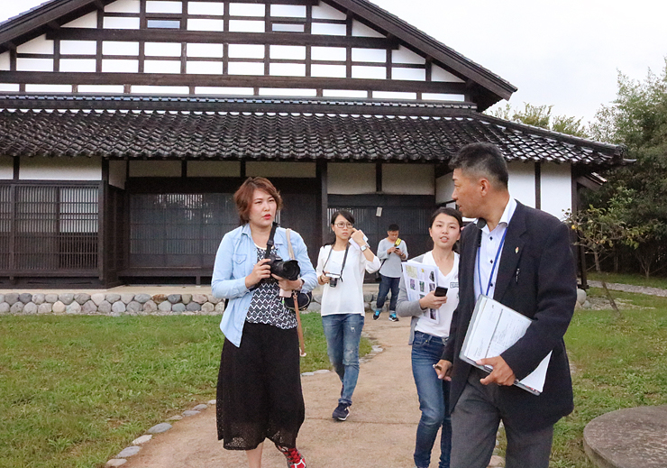 砺波地方の伝統家屋について聞く台湾のメディア関係者ら