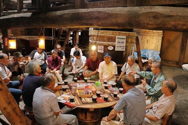国登録有形文化財「マルマス蔵」でイベントについて意見を交わす住民ら=村上市塩谷