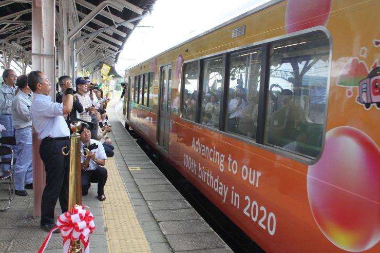 お披露目された日本曹達のラッピングトレイン=4日、上越市中郷区の二本木駅