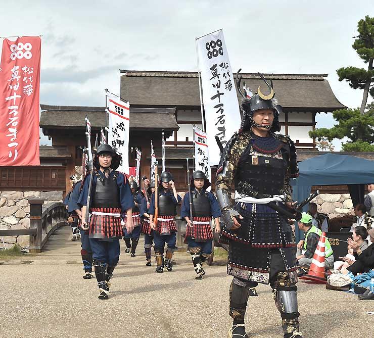 甲冑姿の行列が松代地区内を練り歩いた第60回松代藩真田十万石まつり=昨年10月