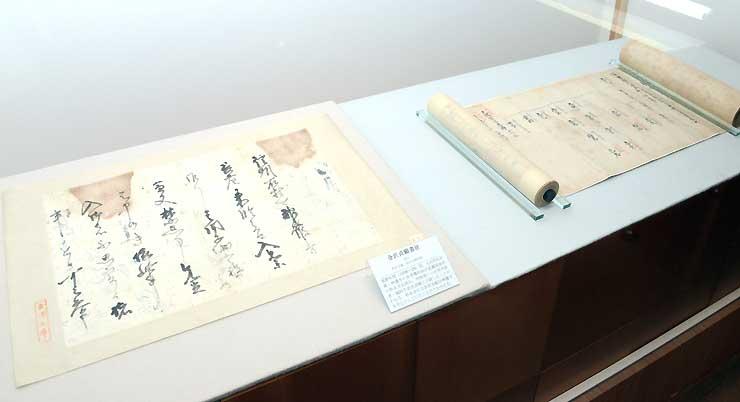 国宝の「太田荘相伝系図」(東大史料編纂所所蔵、右)と「金沢貞顕書状」(称名寺所蔵)。現在の長野市豊野町にあった太田荘にまつわる史料だ