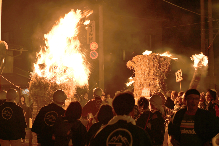 炎を上げる大きなたいまつを引いて温泉街を練り歩いた「たいまつ祭り」