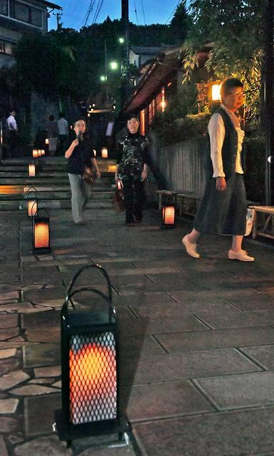 行灯の明かりが石段を浮かび上がらせた「灯の回廊」=8日夜、福井市足羽1丁目