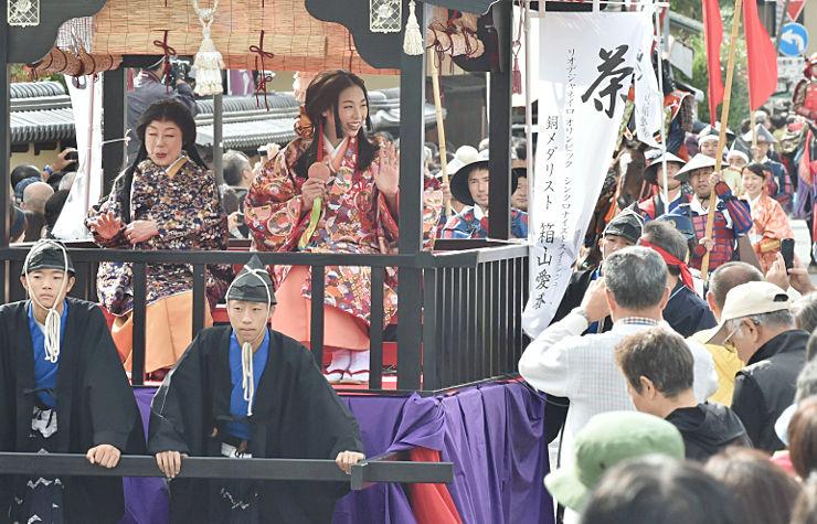 茶々になりきり来場客にメダルを見せる箱山愛香選手(中央)=9日午後1時55分、長野市松代町松代
