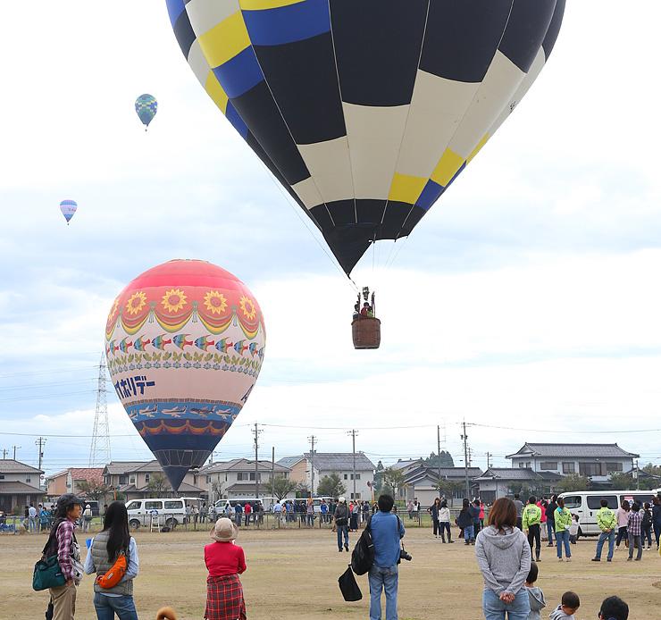 空に次々と浮かび上がる熱気球=砺波市中村